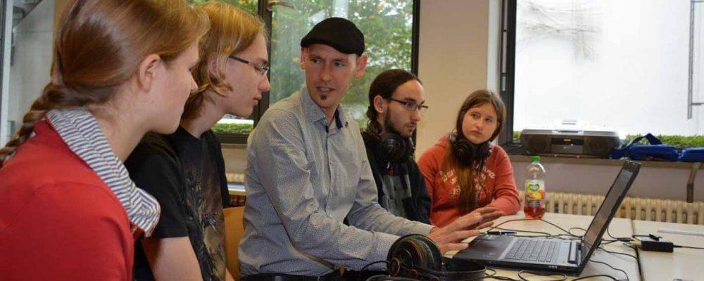 Danilo Dietsch von Q3 zeigte den FOS-Schülern, wie man Audiodateien digital bearbeitet.