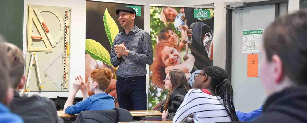 Im Klassenzimmer der 7. Klasse der Mittelschule Bad Reichenhall erklärten Medienpädagogen den Schülern, wie sie sich sicher im Internet und in sozialen Medien bewegen.