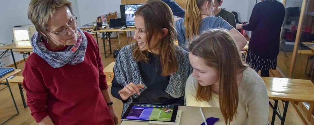 Museumsleiterin Dr. Birgit Löffler ist sehr angetan, von den Neuinterpretationen der Kunstwerke: Sarah und Leonie animieren mit Hilfe der Trickfilmbox ein Kunstwerk von John Chamberlain.