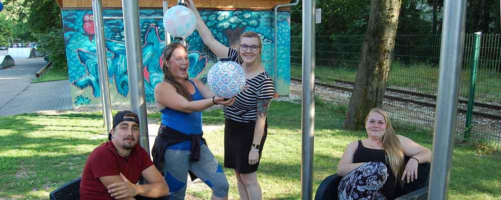 Bildunterschrift: Manu, Corinna, Mia und Anita üben sich schon mal im Dekorieren: Das Showzimmer wird am Freitag im Garten des Traunreuter Jugendzentrums stattfinden.